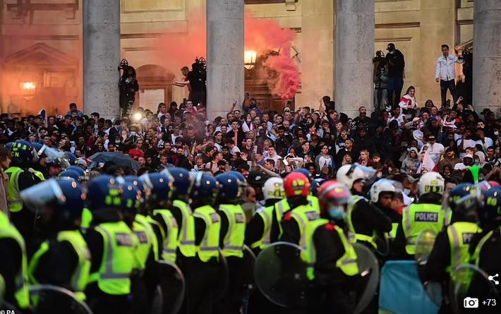 Bạo loạn nổ ra khắp London, fan cuồng tấn công cảnh sát sau trận thua của tuyển Anh - Ảnh 1.