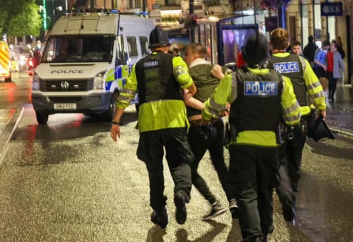 Bạo loạn nổ ra khắp London, fan cuồng tấn công cảnh sát sau trận thua của tuyển Anh - Ảnh 7.
