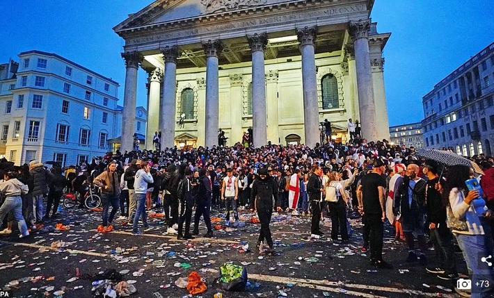 Bạo loạn nổ ra khắp London, fan cuồng tấn công cảnh sát sau trận thua của tuyển Anh - Ảnh 8.