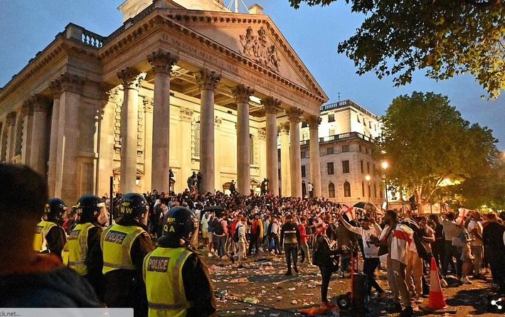 Bạo loạn nổ ra khắp London, fan cuồng tấn công cảnh sát sau trận thua của tuyển Anh - Ảnh 10.