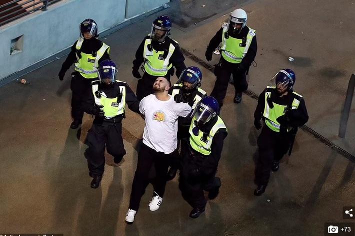 Bạo loạn nổ ra khắp London, fan cuồng tấn công cảnh sát sau trận thua của tuyển Anh - Ảnh 2.