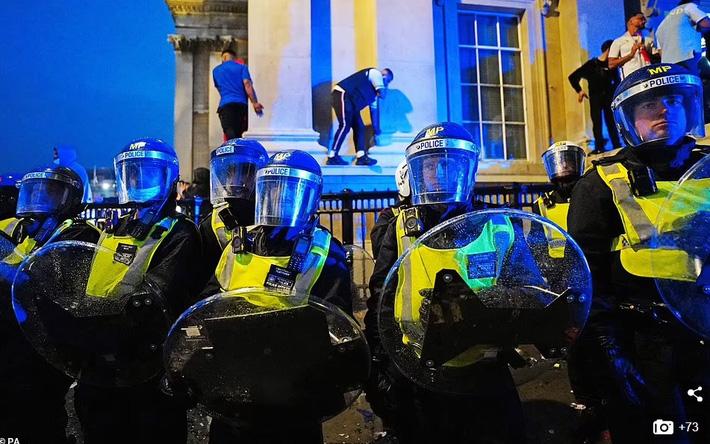 Bạo loạn nổ ra khắp London, fan cuồng tấn công cảnh sát sau trận thua của tuyển Anh - Ảnh 4.