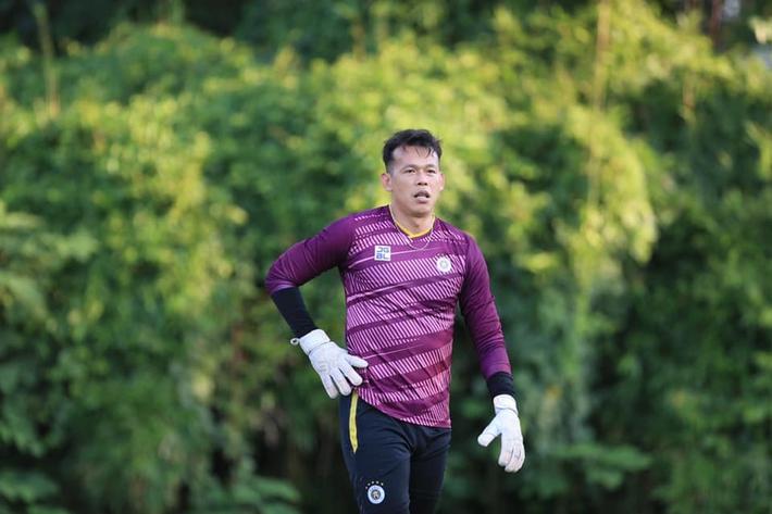 Tấn Trường bịn rịn tạm biệt gia đình, trở lại tập luyện với CLB Hà Nội - Ảnh 4.