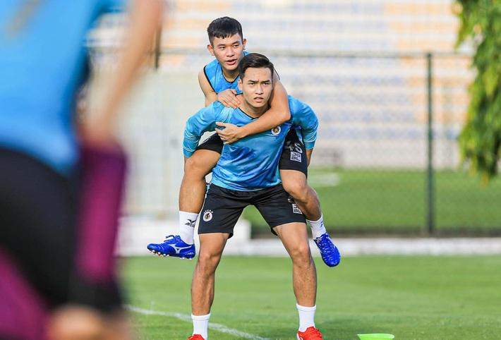 Tấn Trường bịn rịn tạm biệt gia đình, trở lại tập luyện với CLB Hà Nội - Ảnh 9.
