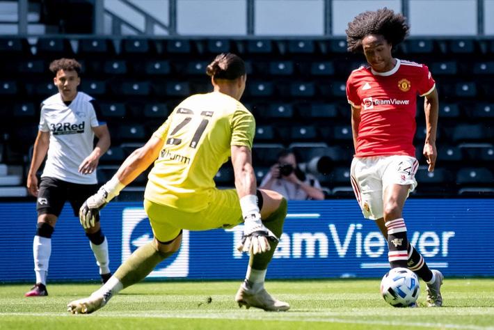 Sao trẻ tóc xù tỏa sáng, MU hạ gục đội bóng của Wayne Rooney - Ảnh 3.