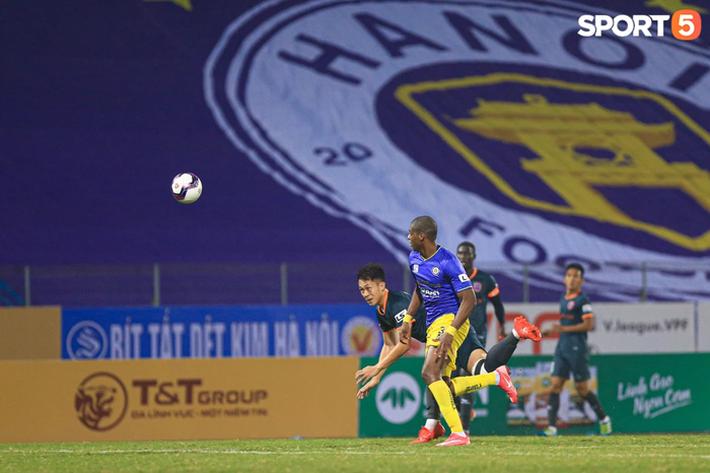Cầu thủ Việt Nam lo lắng kinh tế nếu V.League hoãn đến năm 2022 - Ảnh 1.
