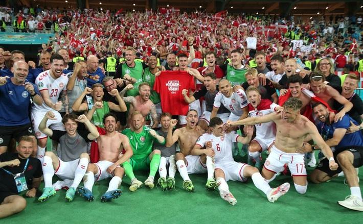 Khoảnh khắc xúc động: Tiền vệ tuyển Đan Mạch khuỵu gối, khóc nấc lên thành tiếng khi đội nhà giành vé vào bán kết Euro - Ảnh 4.