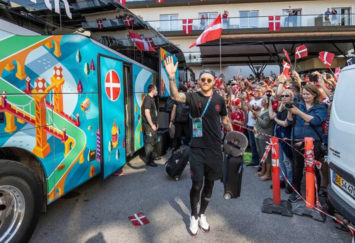 Đội tuyển Đan Mạch được chào đón như những người hùng khi về nước, các fan nhuộm đỏ từ sân bay tới khách sạn - Ảnh 1.