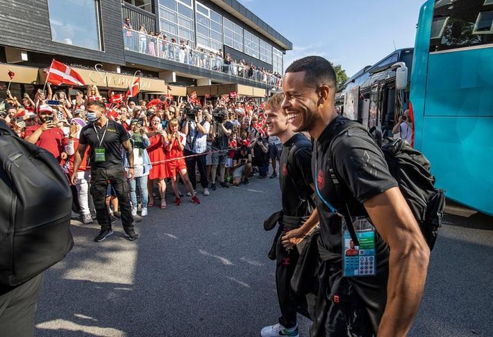 Đội tuyển Đan Mạch được chào đón như những người hùng khi về nước, các fan nhuộm đỏ từ sân bay tới khách sạn - Ảnh 2.