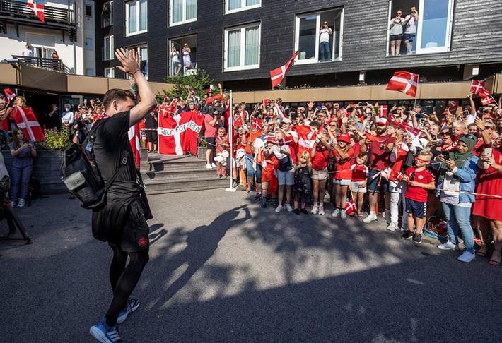 Đội tuyển Đan Mạch được chào đón như những người hùng khi về nước, các fan nhuộm đỏ từ sân bay tới khách sạn - Ảnh 3.