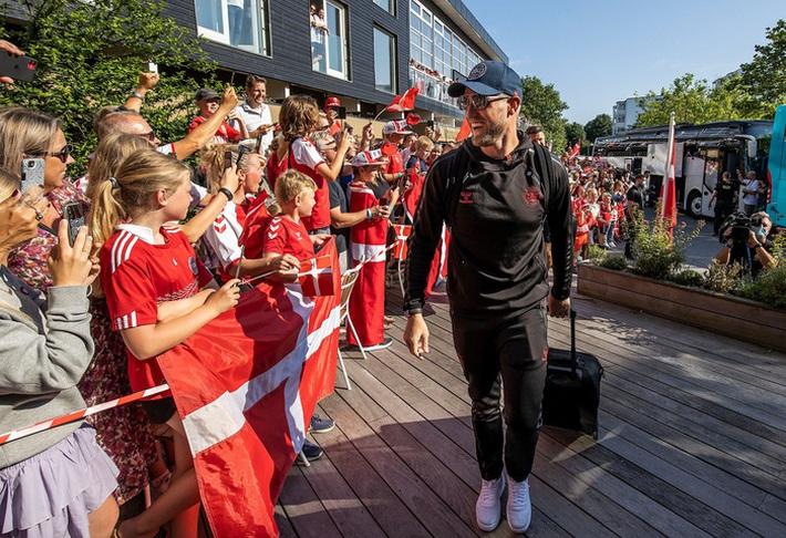 Đội tuyển Đan Mạch được chào đón như những người hùng khi về nước, các fan nhuộm đỏ từ sân bay tới khách sạn - Ảnh 5.