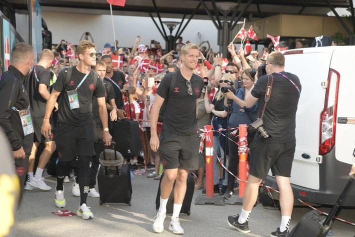 Đội tuyển Đan Mạch được chào đón như những người hùng khi về nước, các fan nhuộm đỏ từ sân bay tới khách sạn - Ảnh 6.