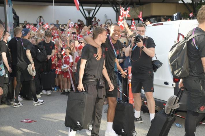 Đội tuyển Đan Mạch được chào đón như những người hùng khi về nước, các fan nhuộm đỏ từ sân bay tới khách sạn - Ảnh 7.