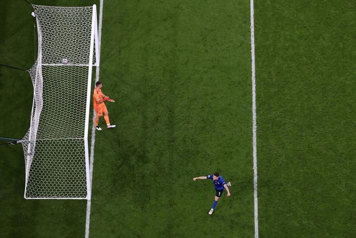 Ảnh: Tuyển Italy ăn mừng cuồng nhiệt sau chiến thắng tại bán kết Euro 2020 - Ảnh 1.