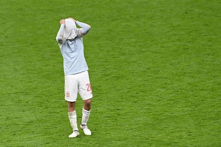 Các cầu thủ Tây Ban Nha bật khóc, lặng đi sau thất bại tại bán kết Euro 2020 - Ảnh 4.
