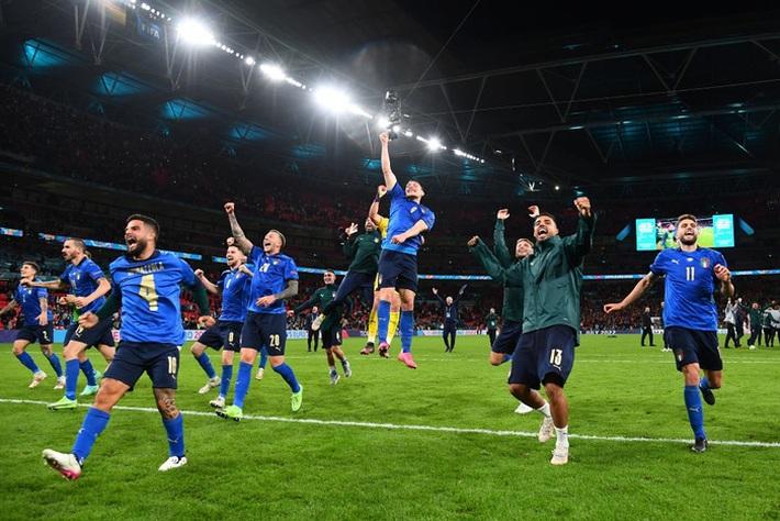Ảnh: Tuyển Italy ăn mừng cuồng nhiệt sau chiến thắng tại bán kết Euro 2020 - Ảnh 8.