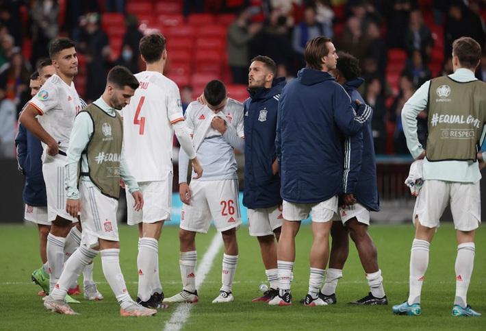 Các cầu thủ Tây Ban Nha bật khóc, lặng đi sau thất bại tại bán kết Euro 2020 - Ảnh 10.