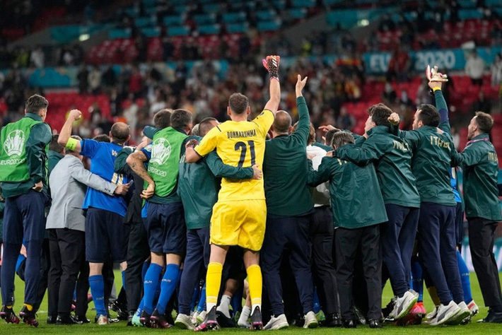 Ảnh: Tuyển Italy ăn mừng cuồng nhiệt sau chiến thắng tại bán kết Euro 2020 - Ảnh 10.