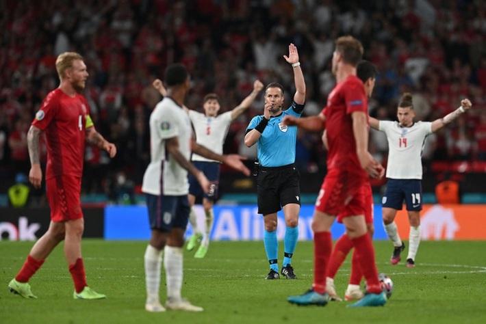 Người hùng Đan Mạch rơi nước mắt tiếc nuối khi để tuột tấm vé chung kết Euro 2020 - Ảnh 1.