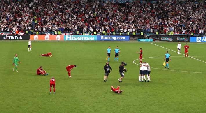 Sân Wembley mở hội, ĐT Anh ăn mừng cuồng nhiệt khi vào chung kết EURO 2021 - Ảnh 1.