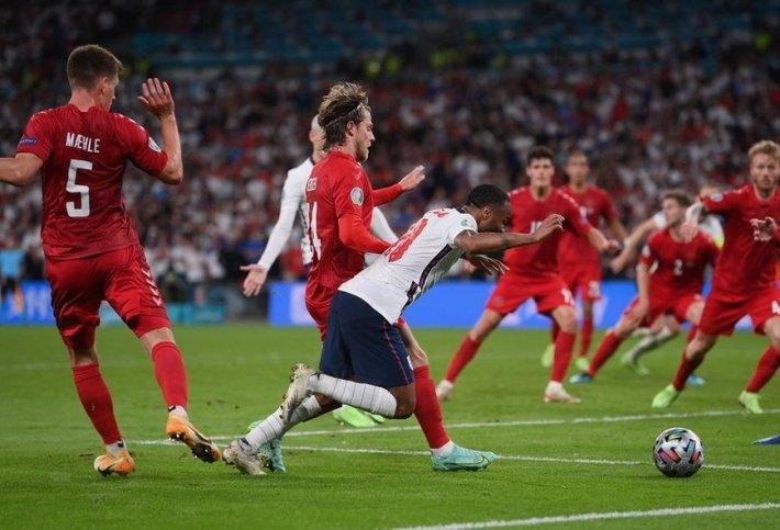Jose Mourinho chia sẻ thẳng thắn về ĐT Anh và quả penalty tranh cãi - Ảnh 1.