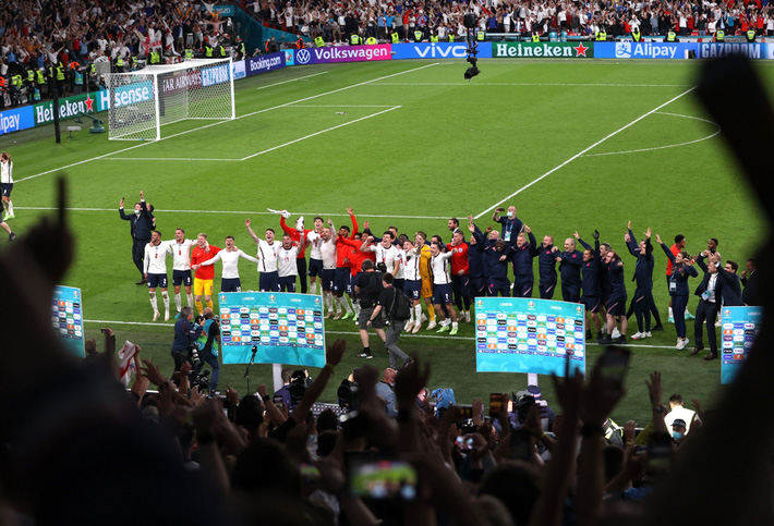 Sân Wembley mở hội, ĐT Anh ăn mừng cuồng nhiệt khi vào chung kết EURO 2021 - Ảnh 3.