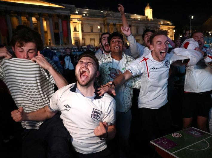 Sân Wembley mở hội, ĐT Anh ăn mừng cuồng nhiệt khi vào chung kết EURO 2021 - Ảnh 5.