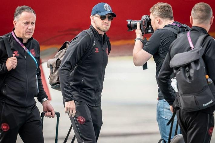 Fan nhuộm đỏ 2 bên đường, đón những người hùng Euro của tuyển Đan Mạch về nước - Ảnh 2.