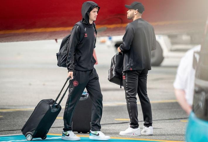 Fan nhuộm đỏ 2 bên đường, đón những người hùng Euro của tuyển Đan Mạch về nước - Ảnh 3.