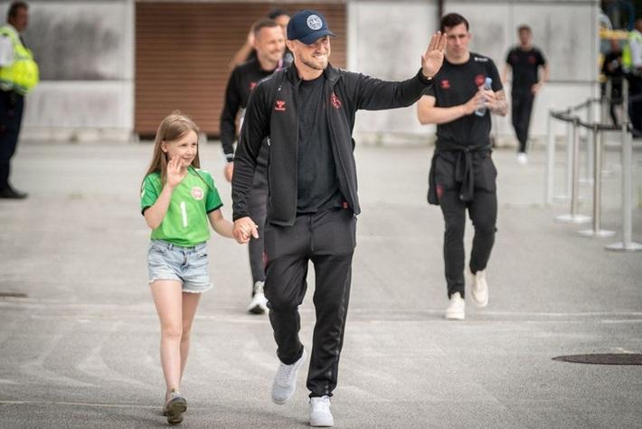 Fan nhuộm đỏ 2 bên đường, đón những người hùng Euro của tuyển Đan Mạch về nước - Ảnh 6.
