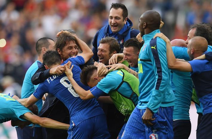 Conte ăn mừng điên dại; Del Bosque cảm thấy hổ thẹn - Ảnh 4.