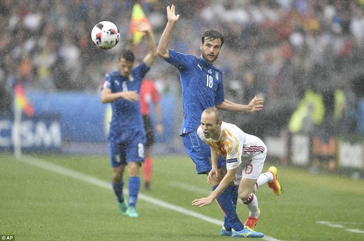 Conte ăn mừng điên dại; Del Bosque cảm thấy hổ thẹn - Ảnh 5.