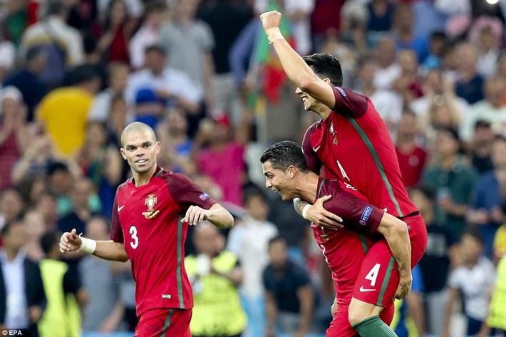 CLIP: Hình ảnh về Ronaldo khiến NHM phì cười - Ảnh 1.