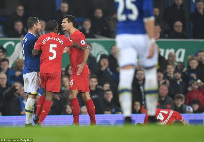 Sau cú tắc bóng ghê rợn với đội trưởng Liverpool, sao Everton được tha thứ bởi điều này - Ảnh 5.