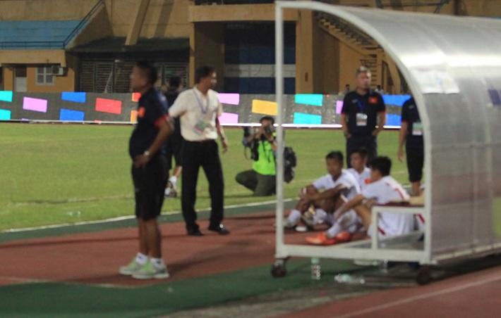 Cái thụp người lạ thường của thuyền trưởng U19 Việt Nam - Ảnh 3.