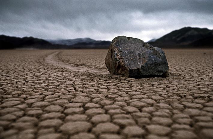 Hãy bắt giam… hòn đá trên xe đội Indonesia - Ảnh 1.