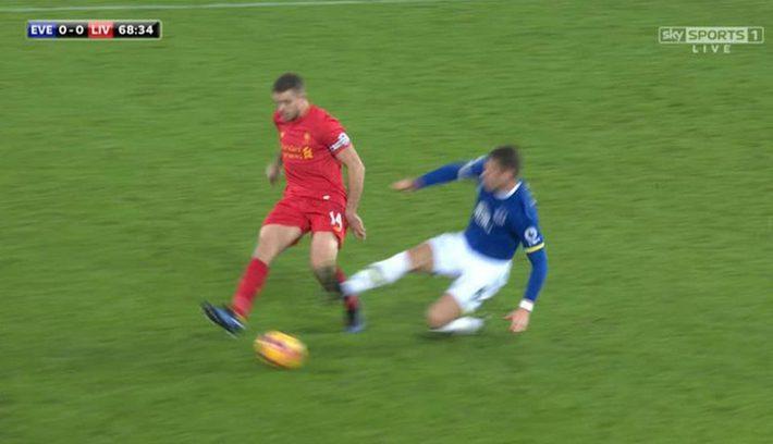 Sau cú tắc bóng ghê rợn với đội trưởng Liverpool, sao Everton được tha thứ bởi điều này - Ảnh 3.