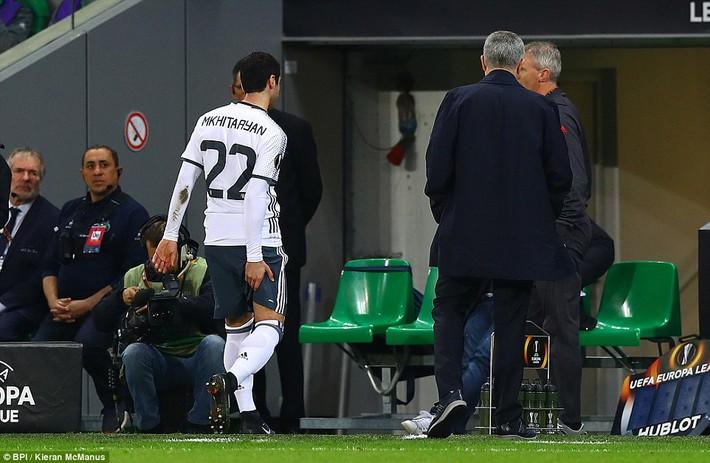 Man United thắng dễ trên đất Pháp, Mourinho vẫn méo mặt  - Ảnh 2.