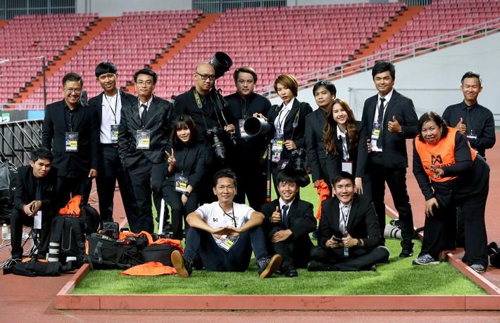 Sao trẻ Thái Lan cưa đổ nữ nhân viên liên đoàn xinh như mộng - Ảnh 11.