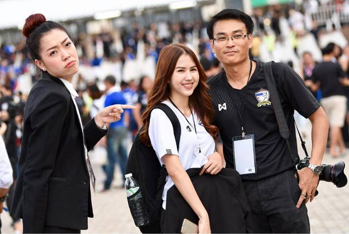Sao trẻ Thái Lan cưa đổ nữ nhân viên liên đoàn xinh như mộng - Ảnh 12.