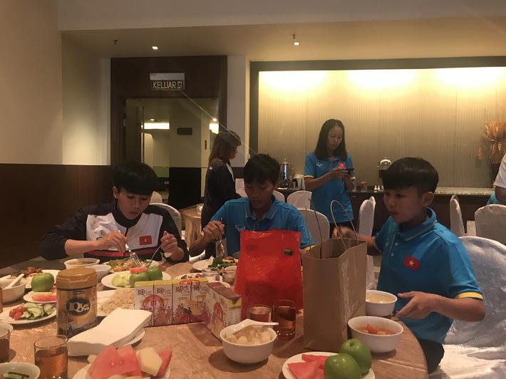 Cận cảnh bữa ăn đáng mừng của ĐT nữ Việt Nam tại SEA Games 29 - Ảnh 2.