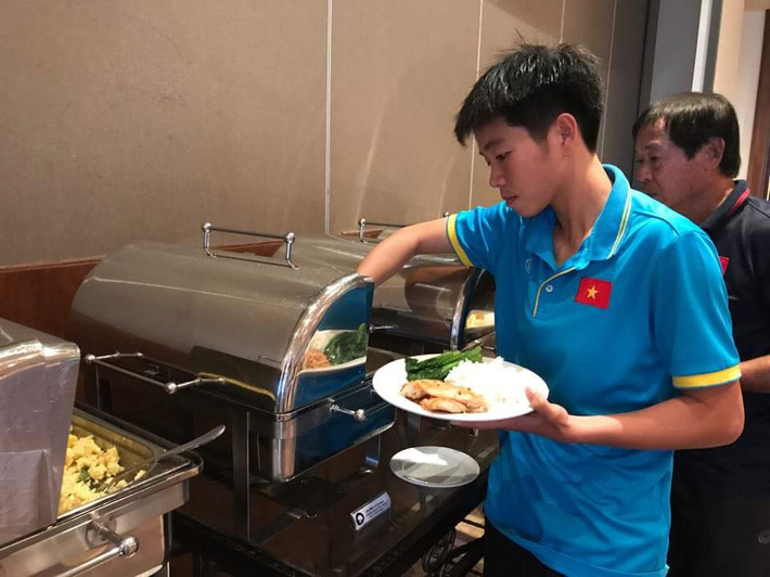 Cận cảnh bữa ăn đáng mừng của ĐT nữ Việt Nam tại SEA Games 29 - Ảnh 3.