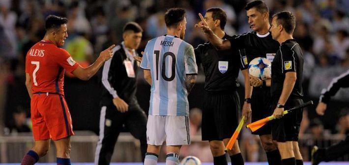 Messi đối mặt án phạt nặng, chiếc vé World Cup của Argentina bị đe dọa dữ dội - Ảnh 1.