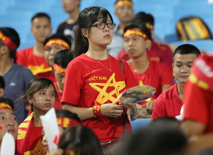 Fan nữ cổ vũ Công Phượng đấu hot boy xứ Hàn - Ảnh 2.