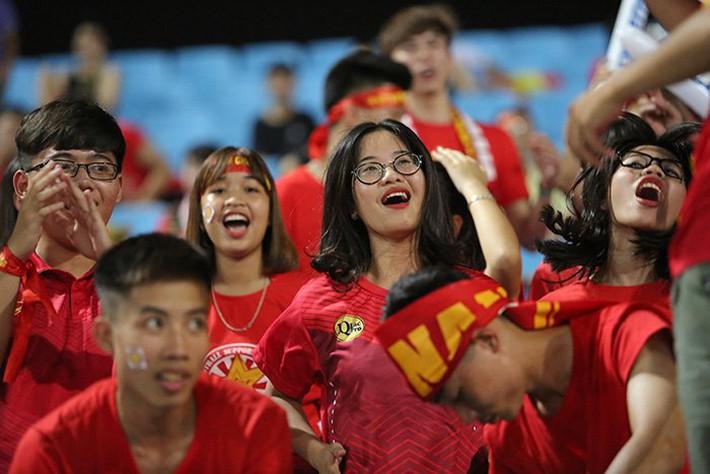 Fan nữ cổ vũ Công Phượng đấu hot boy xứ Hàn - Ảnh 4.
