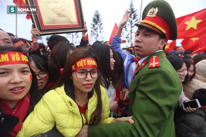 Nội Bài quá chật cho tình yêu của người hâm mộ dành cho U23 Việt Nam - Ảnh 2.