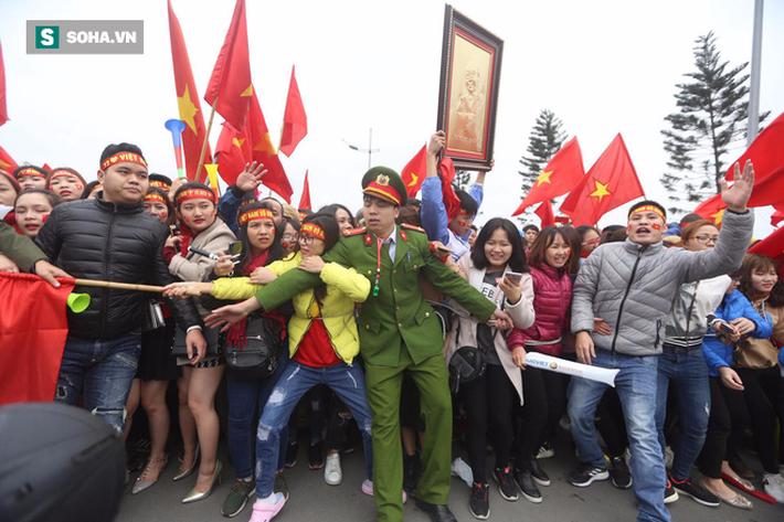 Nội Bài quá chật cho tình yêu của người hâm mộ dành cho U23 Việt Nam - Ảnh 9.