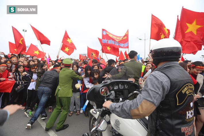 Nội Bài quá chật cho tình yêu của người hâm mộ dành cho U23 Việt Nam - Ảnh 11.