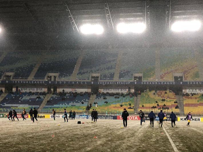 Sau U23, lại có thêm một đội bóng Việt Nam phải khổ chiến dưới mưa tuyết - Ảnh 2.