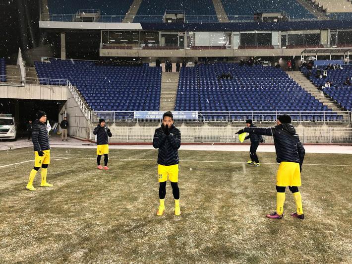 Sau U23, lại có thêm một đội bóng Việt Nam phải khổ chiến dưới mưa tuyết - Ảnh 1.